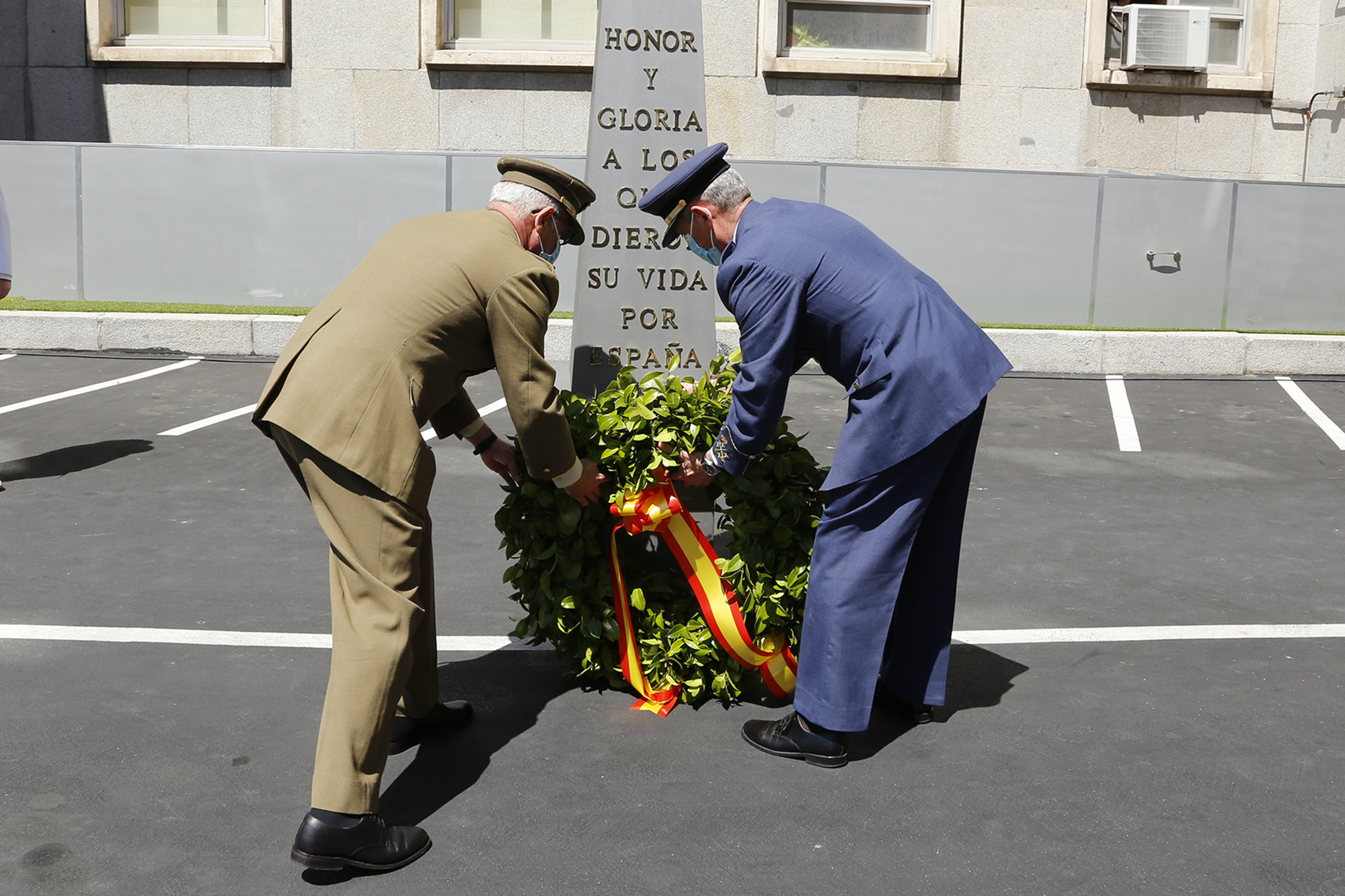 Spanish CHOD presides the ceremony to pay tribute to fallen servicemen and the victims of COVID-19
