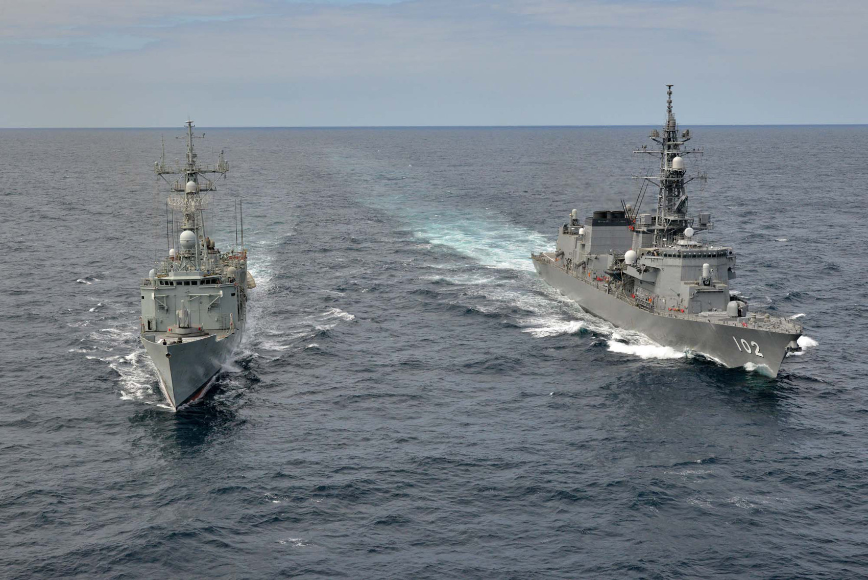 "The frigate 'Victoria' conducts exercises with the Japanese Navy ship ""Harusame"""