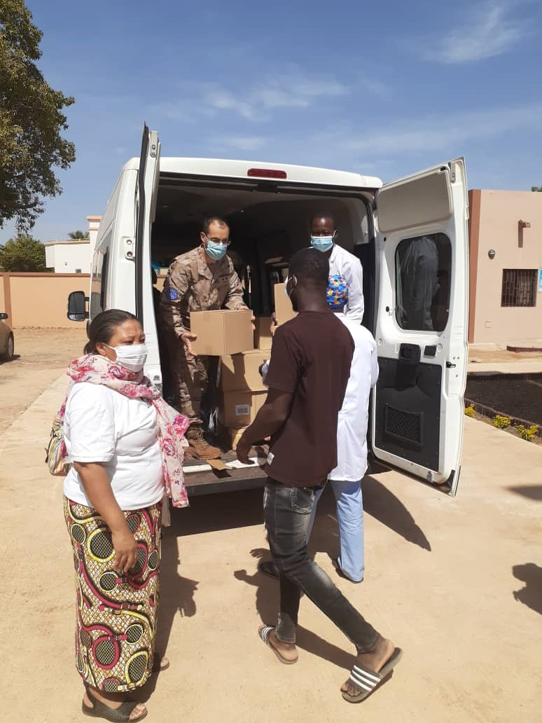 Troops delivering to the Sisters of María Inmaculada of Bamako