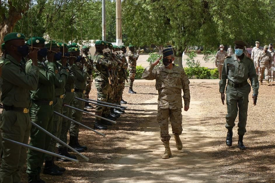Spanish CHOD reviewing Malian troops