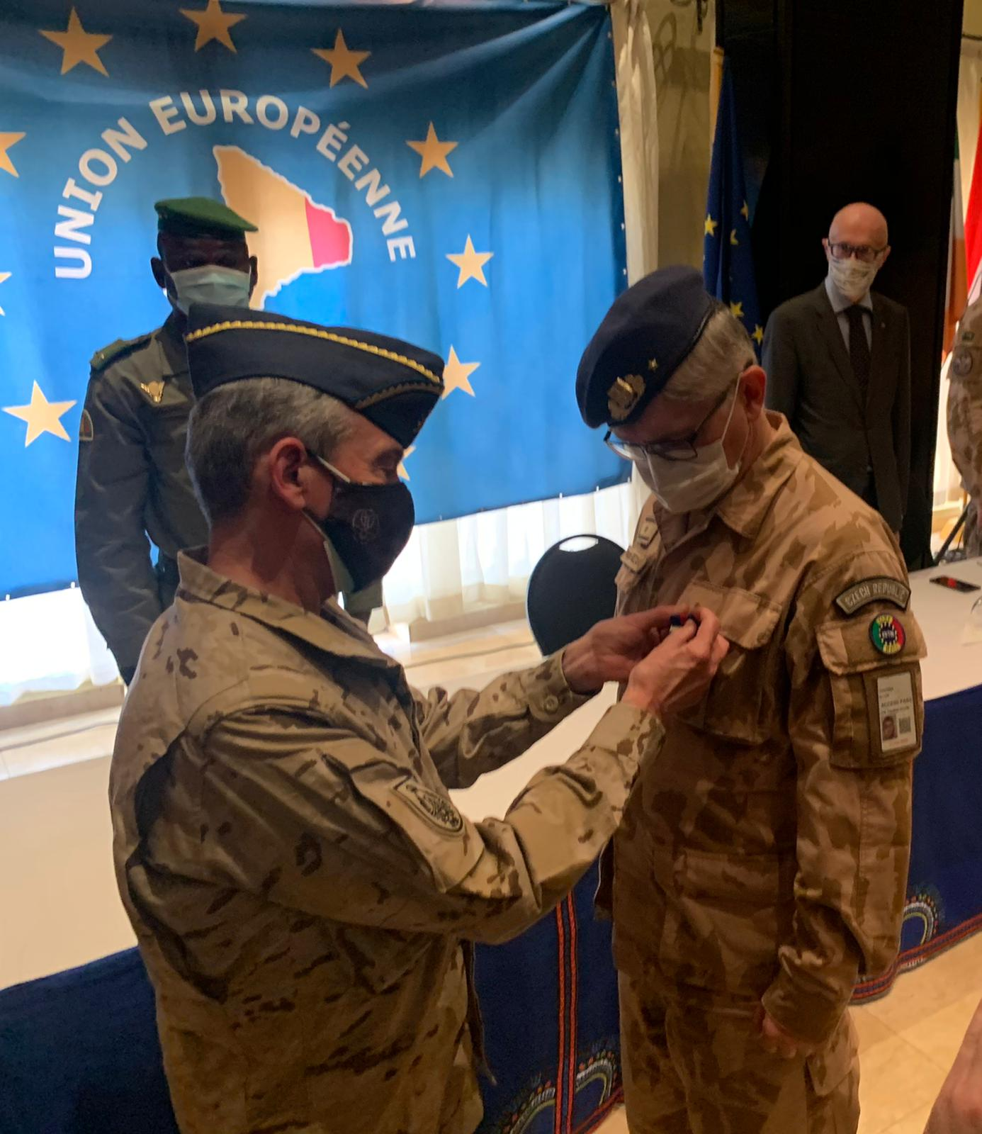 Spanish CHOD gives the EU meritorious medal to the outgoing Commander