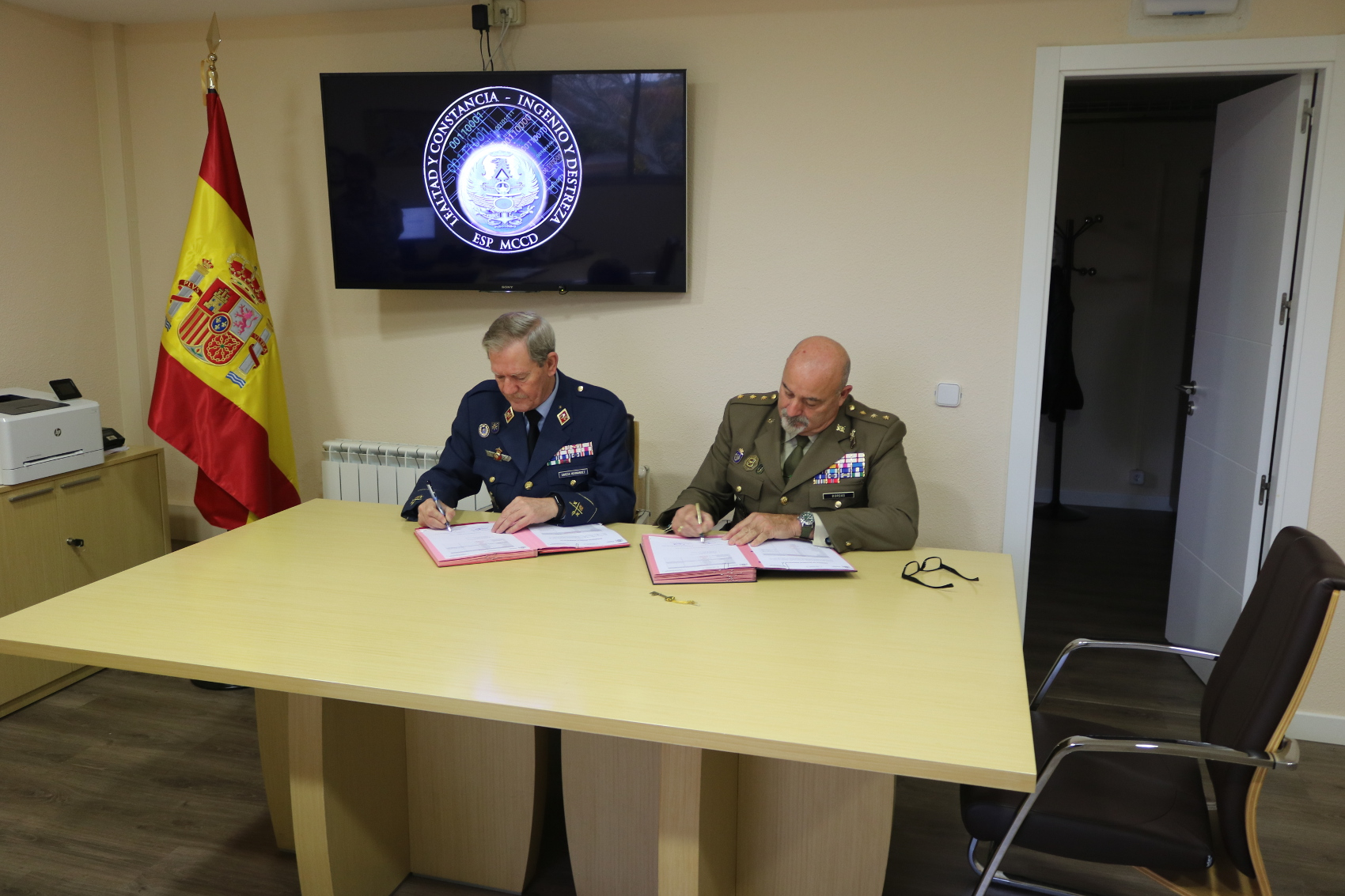 The Commander of the Joint Cyber-Defence Command receives the keys of the new MCCD building
